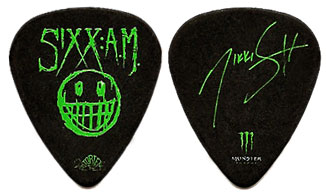 photo-Sixx-A-M-am-pick-mediator-Motley-Crue