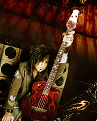 photo-Motley-Crue-Nikki-Sixx-thunderbird-bass-guitar