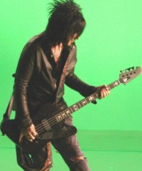 photo-Motley-Crue-Nikki-Sixx-thunderbird-guitar