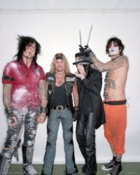photo-Motley-Crue-pics-carnival-of-sins-girls-on-concert