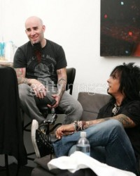 photo-Nikki-Sixx-Motley-Crue-Scott-Ian-guitar-Anthrax