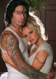photo-Pamela-Anderson-with-Tommy-Lee-Motley-Crue-drum